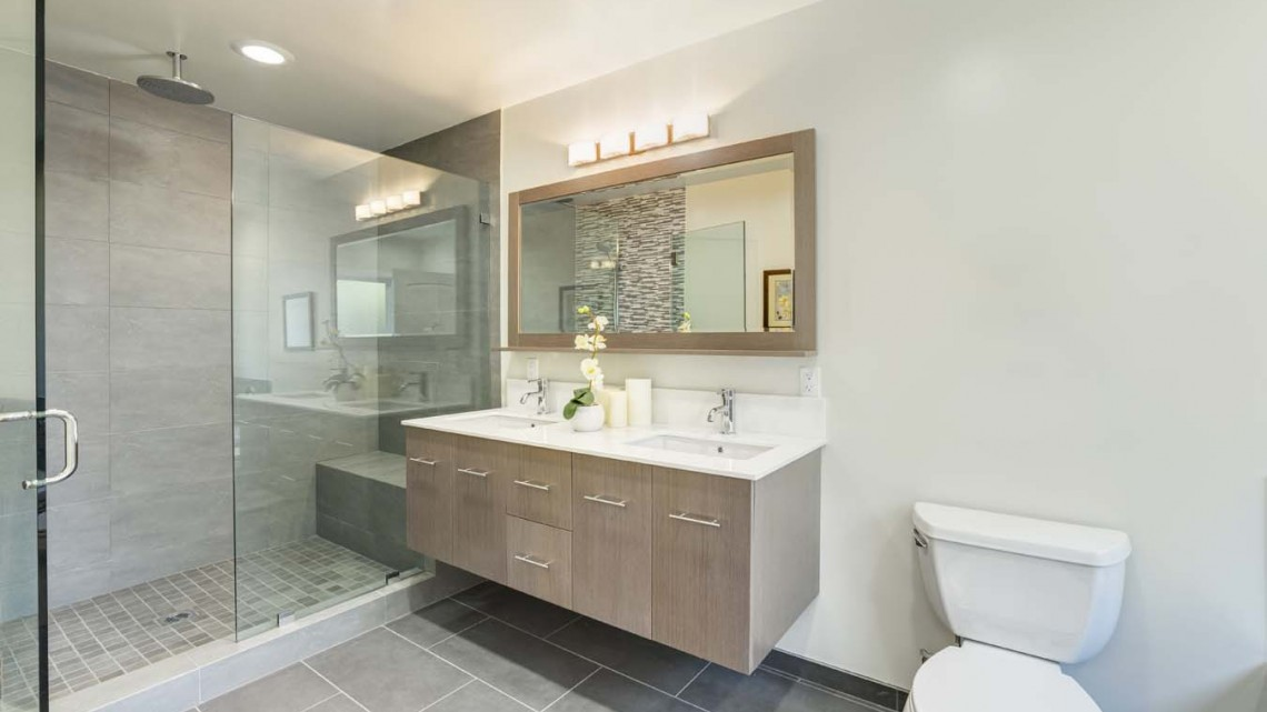 modern-mirror-tv-in-bathroom